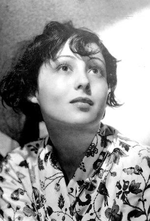 English: Studio portrait photo of Luise Rainer...