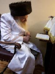 The Zidichover Rebbe praying