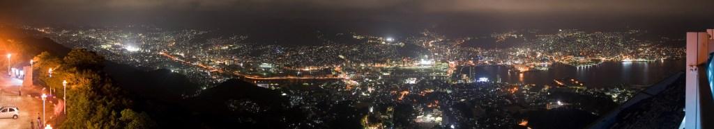 Het nachtelijk uitzicht vanaf Mount Inasa.