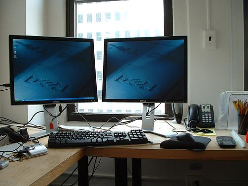 https://i2.wp.com/upload.wikimedia.org/wikipedia/commons/7/7a/Dual_Dell_monitor_workstation_setup.jpg?w=640&ssl=1