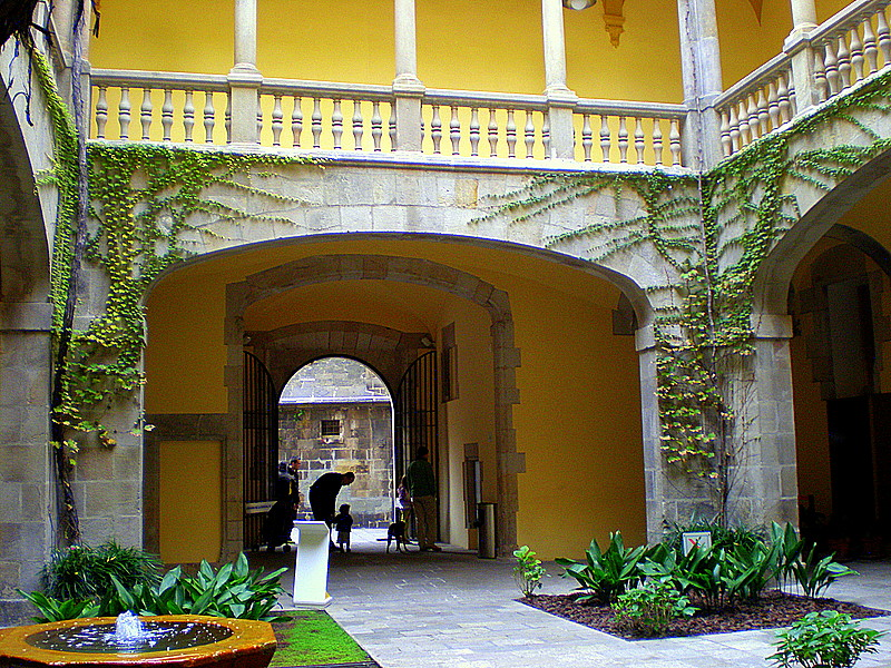 https://i2.wp.com/upload.wikimedia.org/wikipedia/commons/7/7b/Palau_del_Lloctinent.jpg