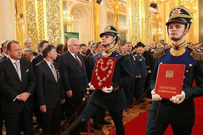 Abbildung 3: Soldaten in Paradeuniform mit Verfassung und Insignien