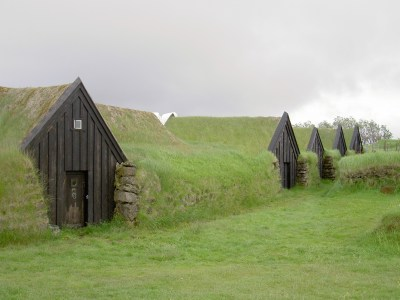 File:Iceland Keldur Earth covered homes.JPG