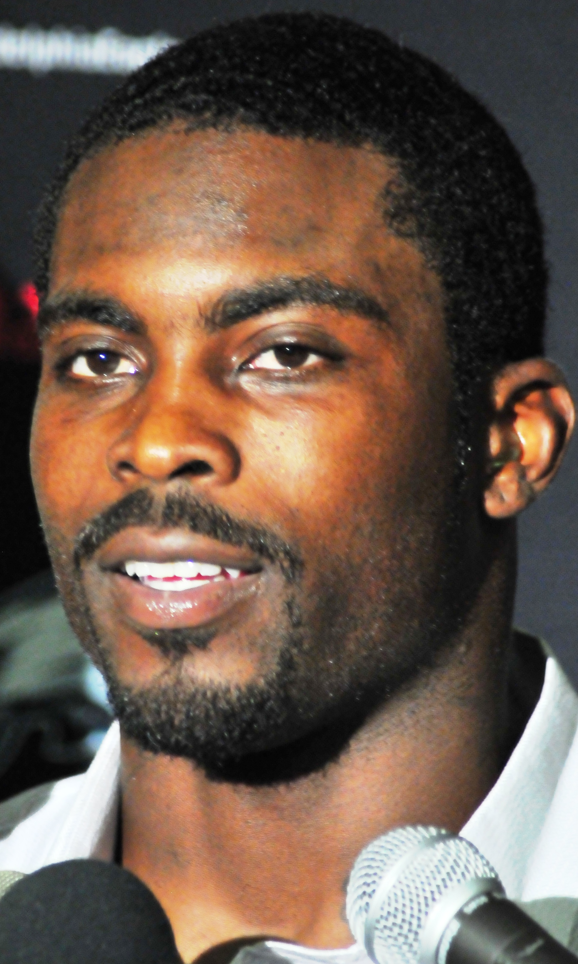 https://i2.wp.com/upload.wikimedia.org/wikipedia/commons/7/7f/Michael-Vick_Jets-vs-Eagles-Sept-3-2009_Post-Game-Interview_%28cropped%29.jpg