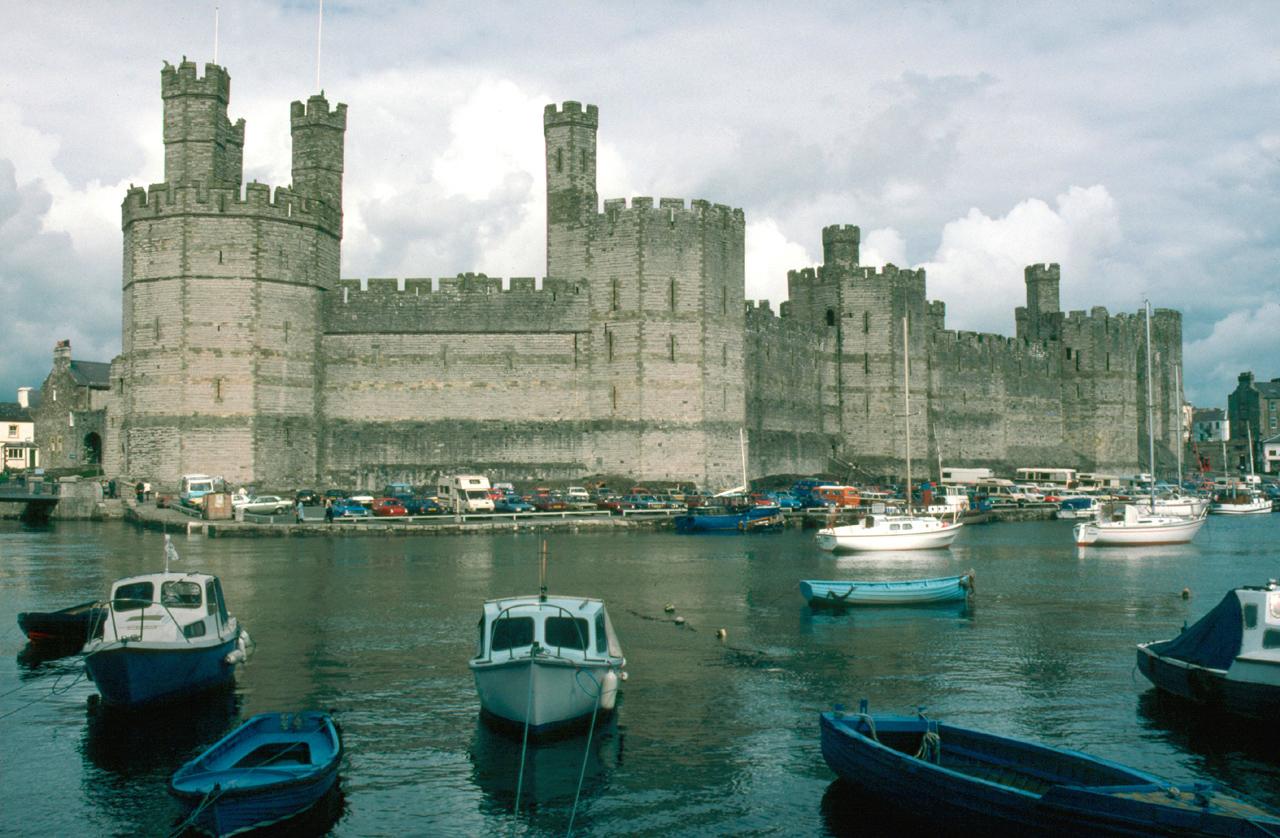 https://i2.wp.com/upload.wikimedia.org/wikipedia/commons/8/80/North_Wales_Caernarfon_Castle.jpg