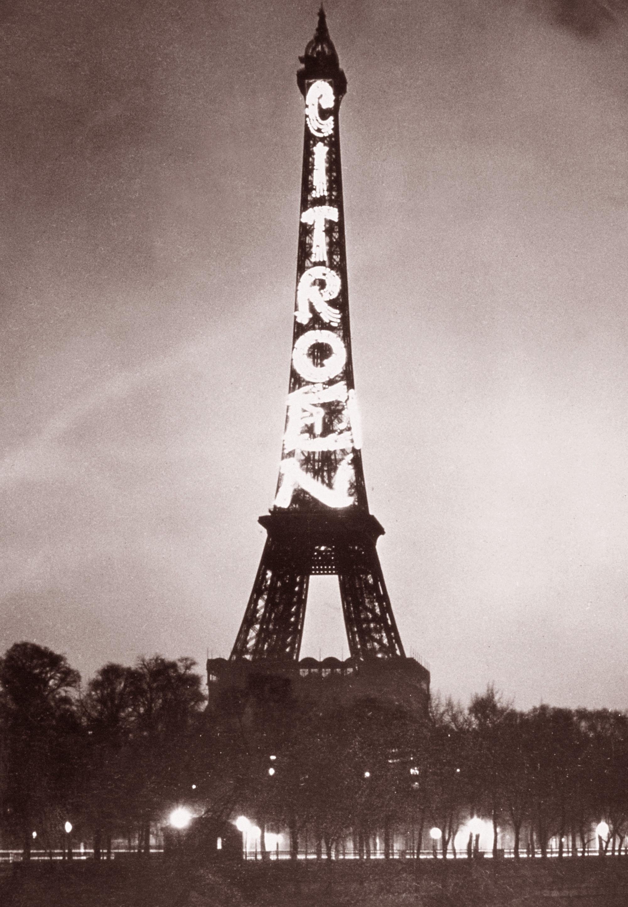 Menara Eiffel sebagai papan iklan untuk Citroën sejak 1925 hingga 1934.