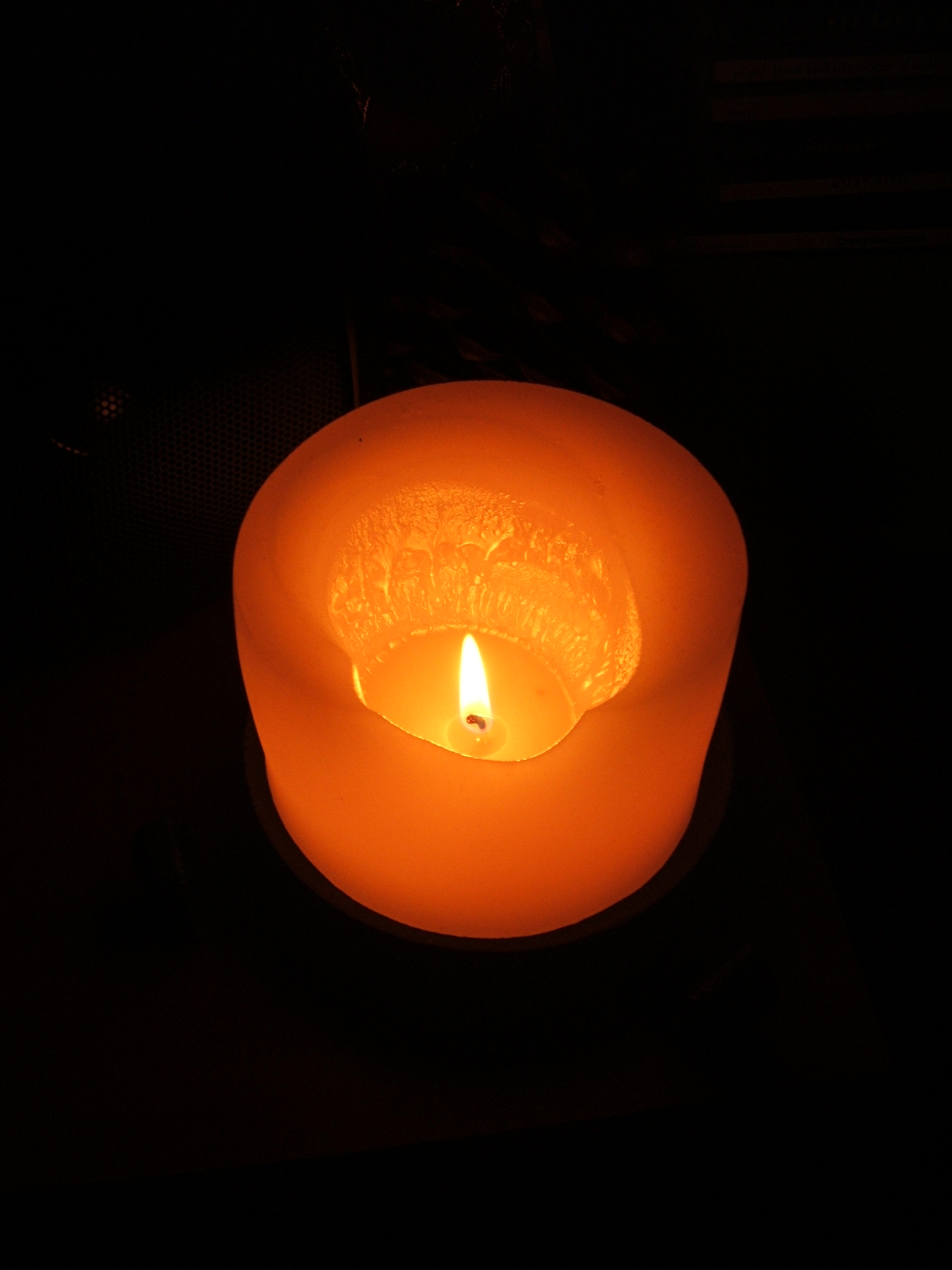 https://i2.wp.com/upload.wikimedia.org/wikipedia/commons/8/81/Candle_1.jpg