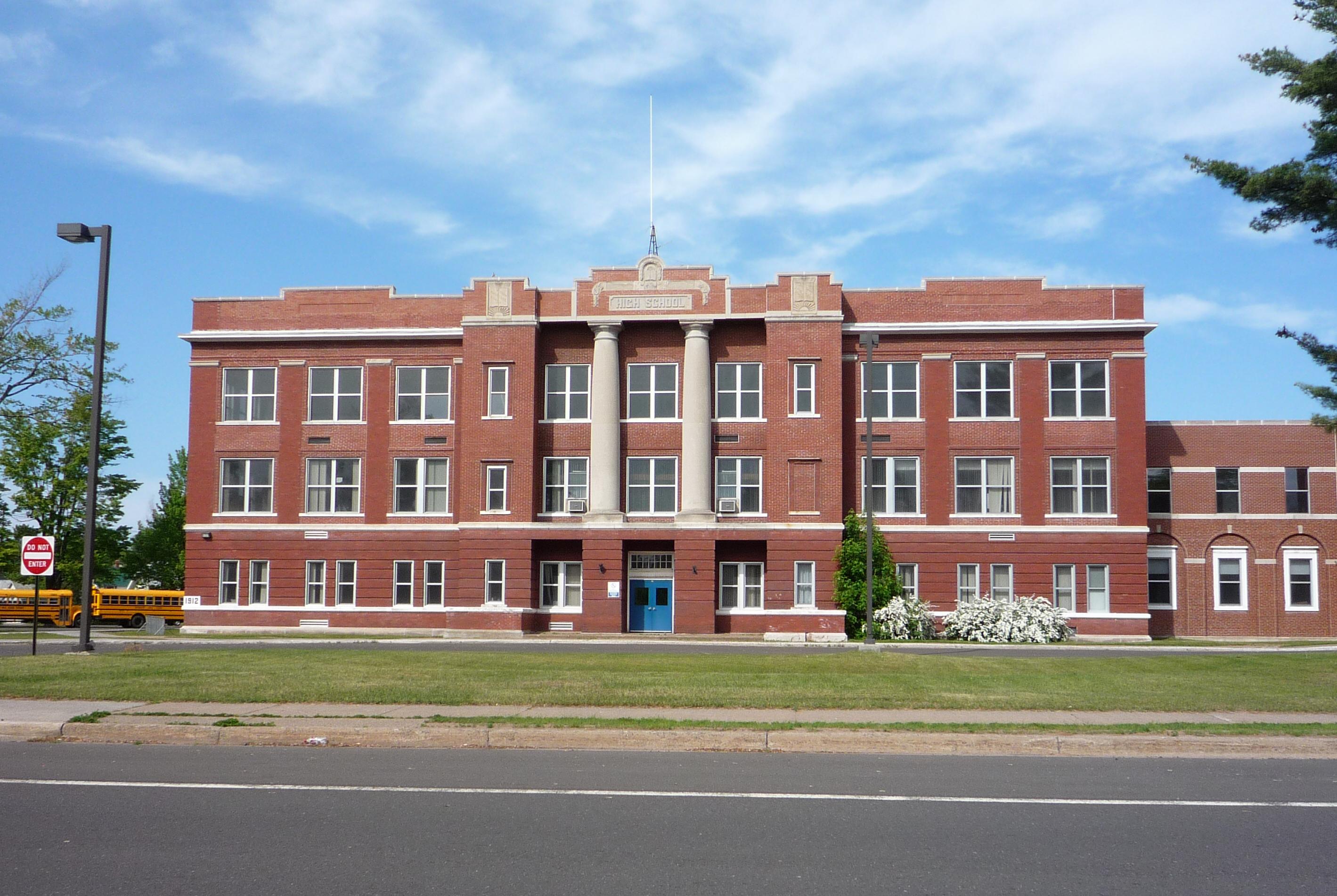 https://i2.wp.com/upload.wikimedia.org/wikipedia/commons/8/82/2009-0617-Ontonagon-school.jpg