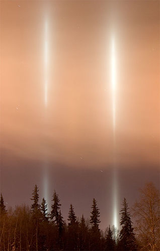 https://i2.wp.com/upload.wikimedia.org/wikipedia/commons/8/82/FairbanksUAFLightPillars.jpg