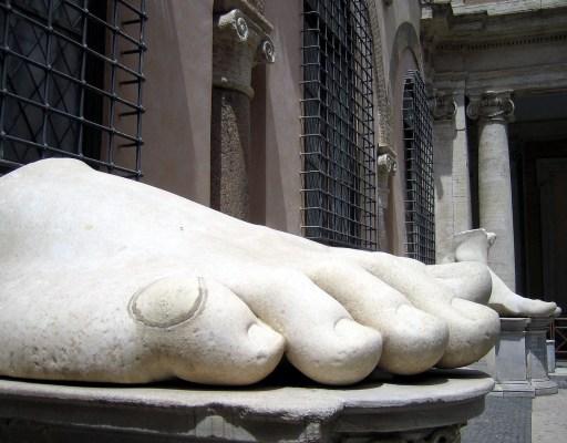 Musei Capitolini-statua di Costantino-piede-antmoose.jpg
