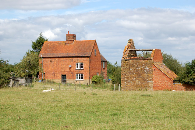 File:Canalside house and derelict barn, Lower Shuckburgh