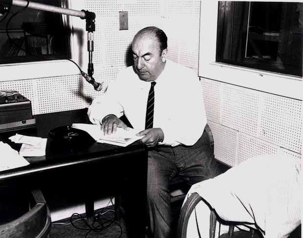Pablo Neruda ABŞ Konqressinin kitabxanası üçün öz kitabını imzalayır. 1966