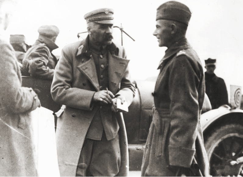 https://i2.wp.com/upload.wikimedia.org/wikipedia/commons/8/8a/Pilsudski_and_Rydz-Smigly.jpg