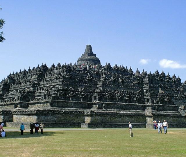 Borobudur Dilihat Dari Pelataran Sudut Barat Laut