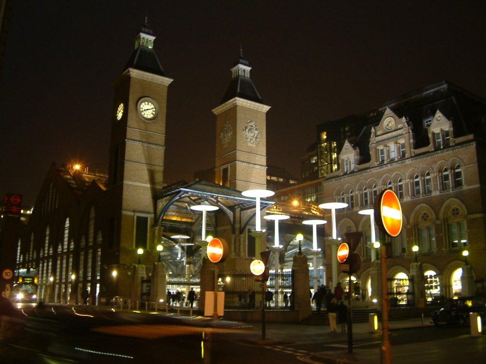 В кадре - выход из метро Liverpool Street. Как раз в этo время суток я там появился.