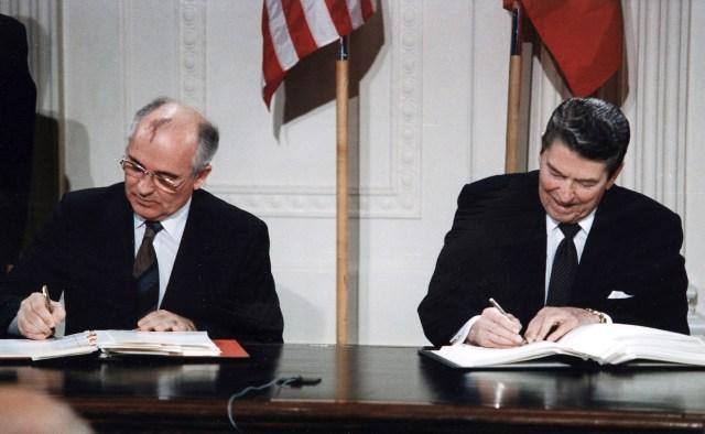 Reagan and Gorbachev signing   GrecTech