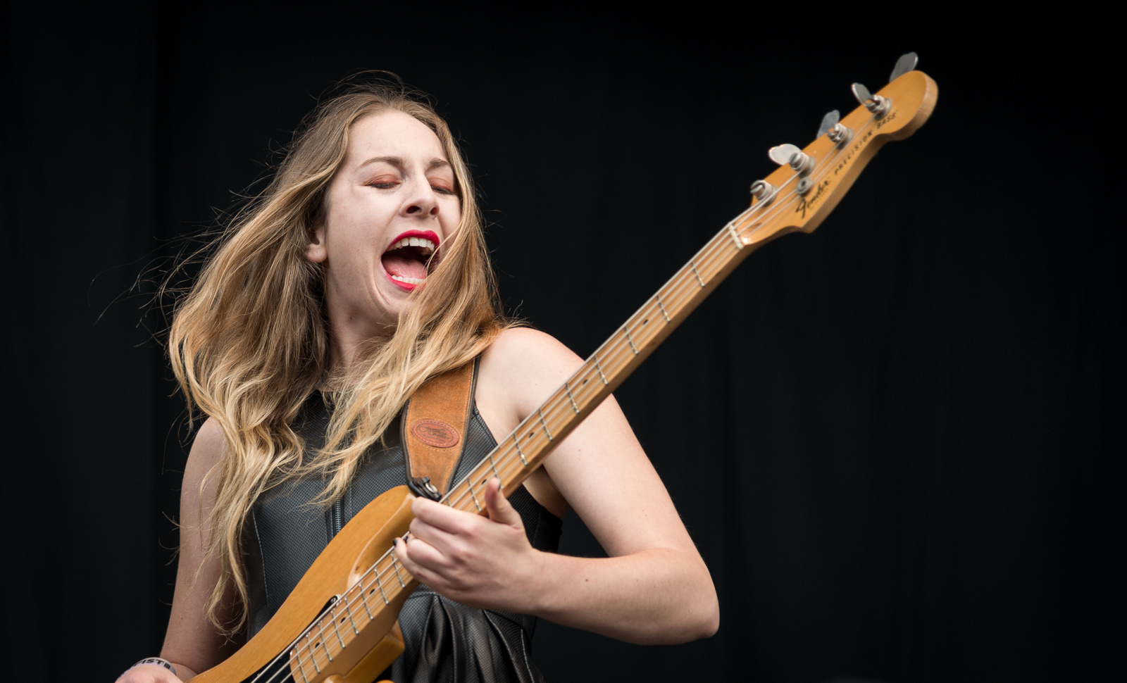 https://i2.wp.com/upload.wikimedia.org/wikipedia/commons/8/8e/Haim_at_%C3%98yafestivalen_2013.jpg