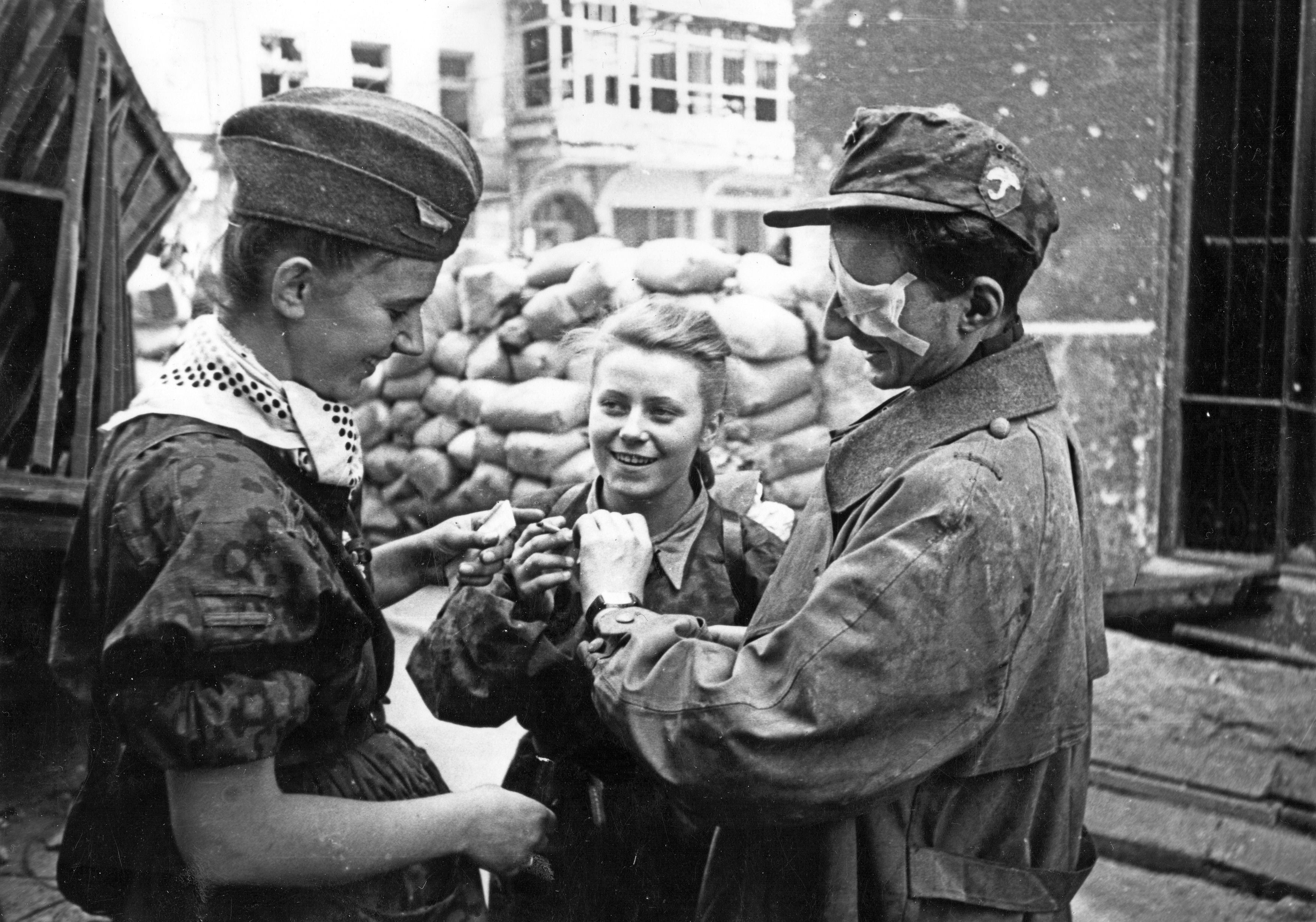 https://i2.wp.com/upload.wikimedia.org/wikipedia/commons/8/8e/Warsaw_Uprising_-_Soldiers_from_Parasol_on_Warecka_Street.jpg