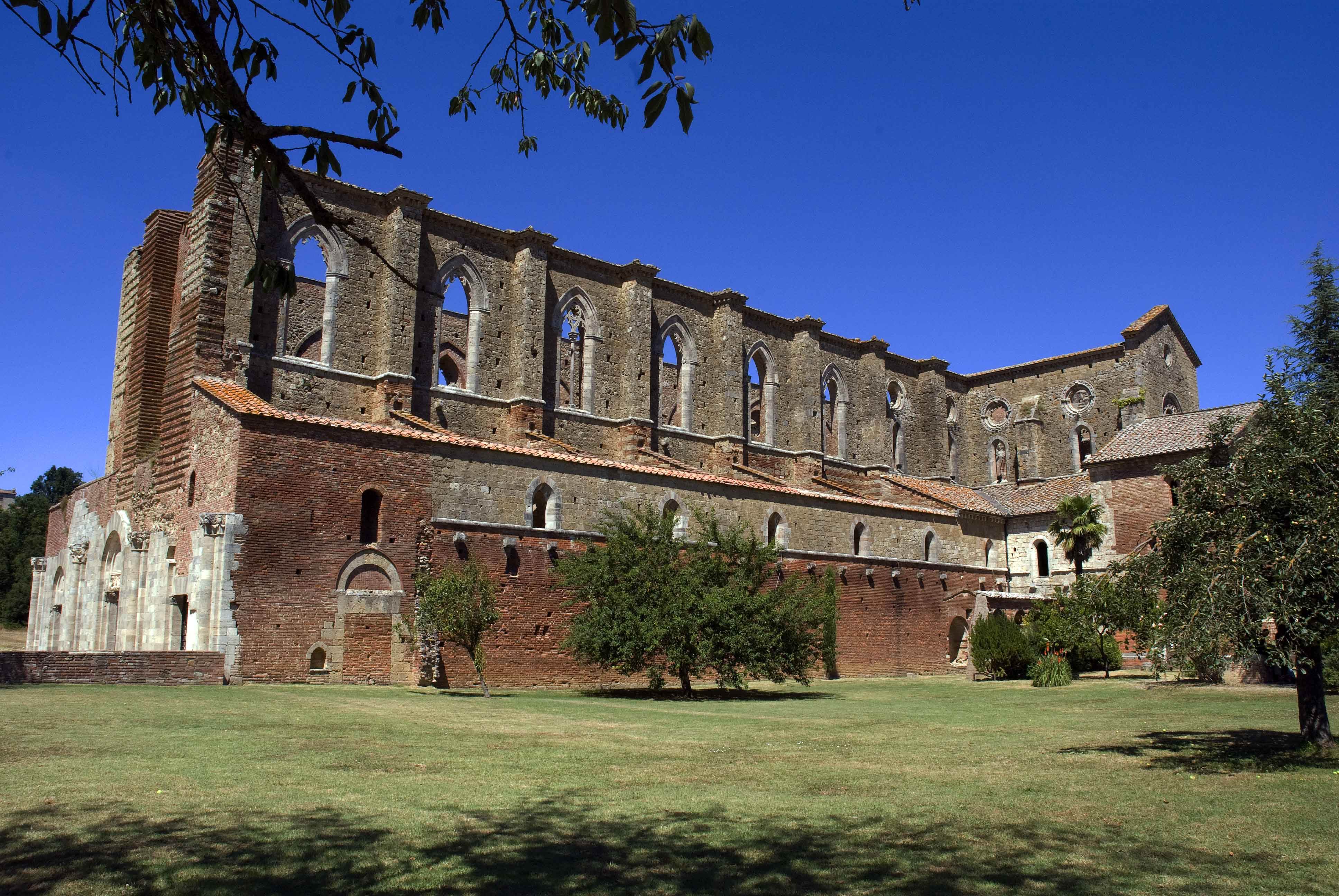 L'abbazia vista dal lato destro