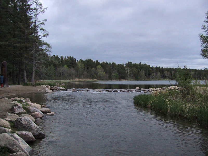 https://i2.wp.com/upload.wikimedia.org/wikipedia/commons/9/90/Lake_Itasca_Mississippi_Source.jpg
