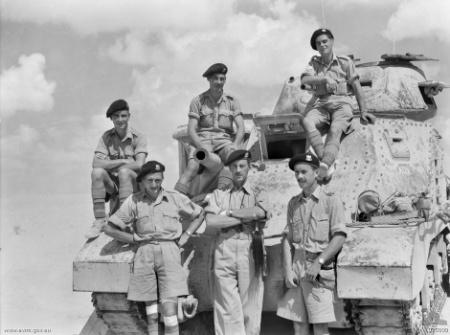Soldados escoceses con un tanque en el desierto
