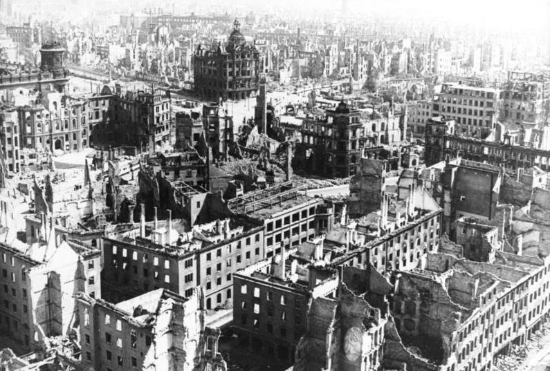 La città dopo il bombardamento. Fotografia di G. Beyer, licenza CC 3.0.