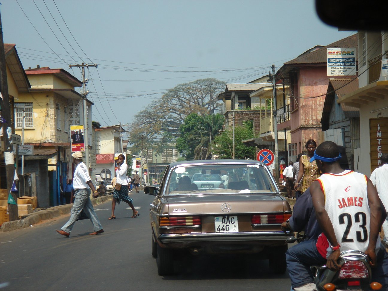 https://i2.wp.com/upload.wikimedia.org/wikipedia/commons/9/96/Freetownstreet.jpg