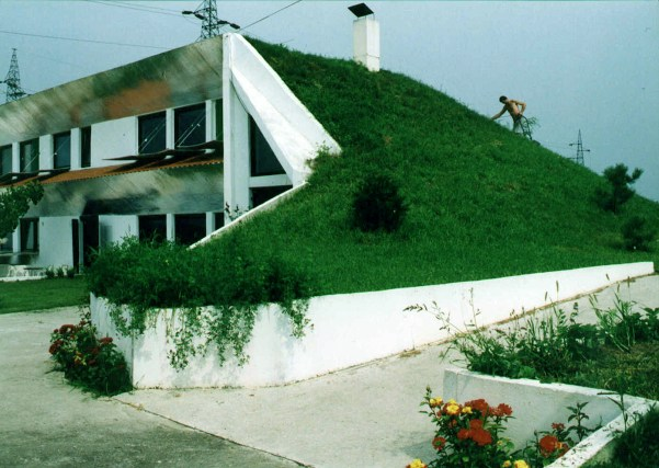 https://i2.wp.com/upload.wikimedia.org/wikipedia/commons/9/96/Veljko_Milkovic_eco-house.jpg?resize=601%2C427&ssl=1
