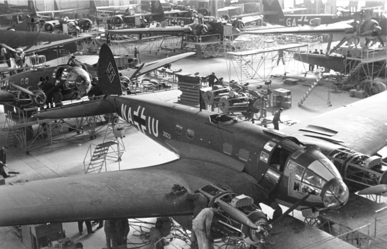 https://i2.wp.com/upload.wikimedia.org/wikipedia/commons/9/97/Bundesarchiv_Bild_101I-774-0011-34,_Produktion_von_Flugzeug_Heinkel_He_111_P-4.jpg