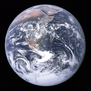 Jorden sett från Apollo 17 med solen nästan rakt bakom kameran.