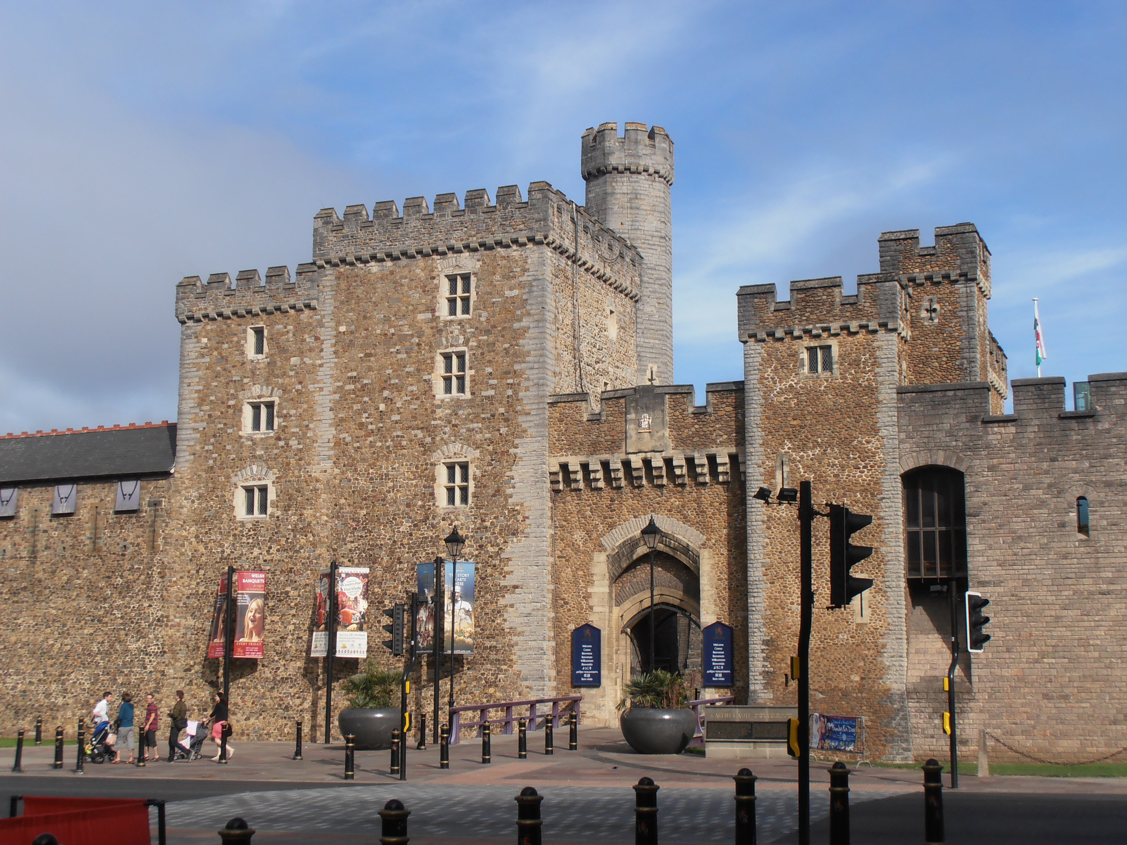 FileSouth Gate Cardiff CastleJPG Wikimedia Commons