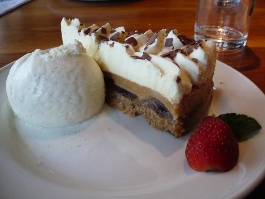 https://i2.wp.com/upload.wikimedia.org/wikipedia/commons/9/9b/Slice_of_banoffee_pie_with_vanilla_ice_cream_and_strawberries.jpg?resize=872%2C654&ssl=1