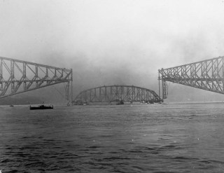 Fichier:Collapse of the centre span of the Quebec Bridge.jpg