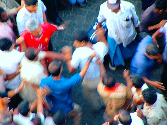 Selbstjustiz auf einer Straße in Malé, Malediven. Vigilantes vallen een man aan op straat in de Maldivische hoofdstad Malé nadat deze iets heeft gestolen. De man werd met flessen op het hoofd geslagen alvorens te worden afgevoerd naar een politiebureau. By Ibrahim Iujaz aus Republik Malediven.