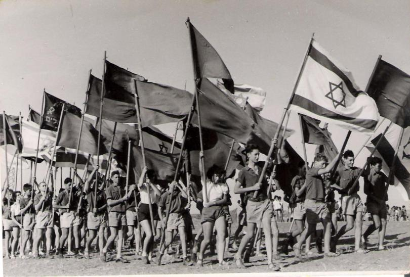 Una cerimonia in un kibbutz israeliano nel luglio del 1951 (Wikimedia Commons)