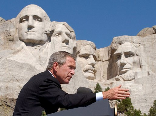 https://i2.wp.com/upload.wikimedia.org/wikipedia/commons/a/a3/Bush_at_Mount_Rushmore.jpg