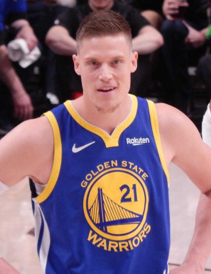 Jonas Jerebko con la camiseta de los golden State Warriors