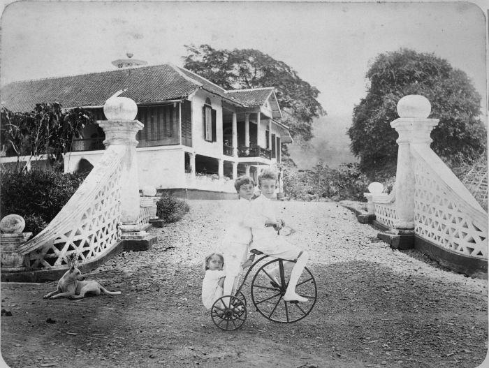 COLLECTIE TROPENMUSEUM Kinderen op een driewieler bij het huis van Europeanen op een plantage Nederlands Indi%C3%AB TMnr 60022735 Mainan Bocah Belanda VS Mainan Bocah Pribumi