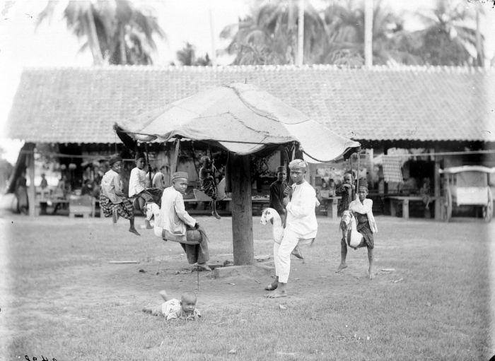 COLLECTIE TROPENMUSEUM Draaimolen in Sekajoe a.d. Moesi TMnr 10013924 Mainan Bocah Belanda VS Mainan Bocah Pribumi