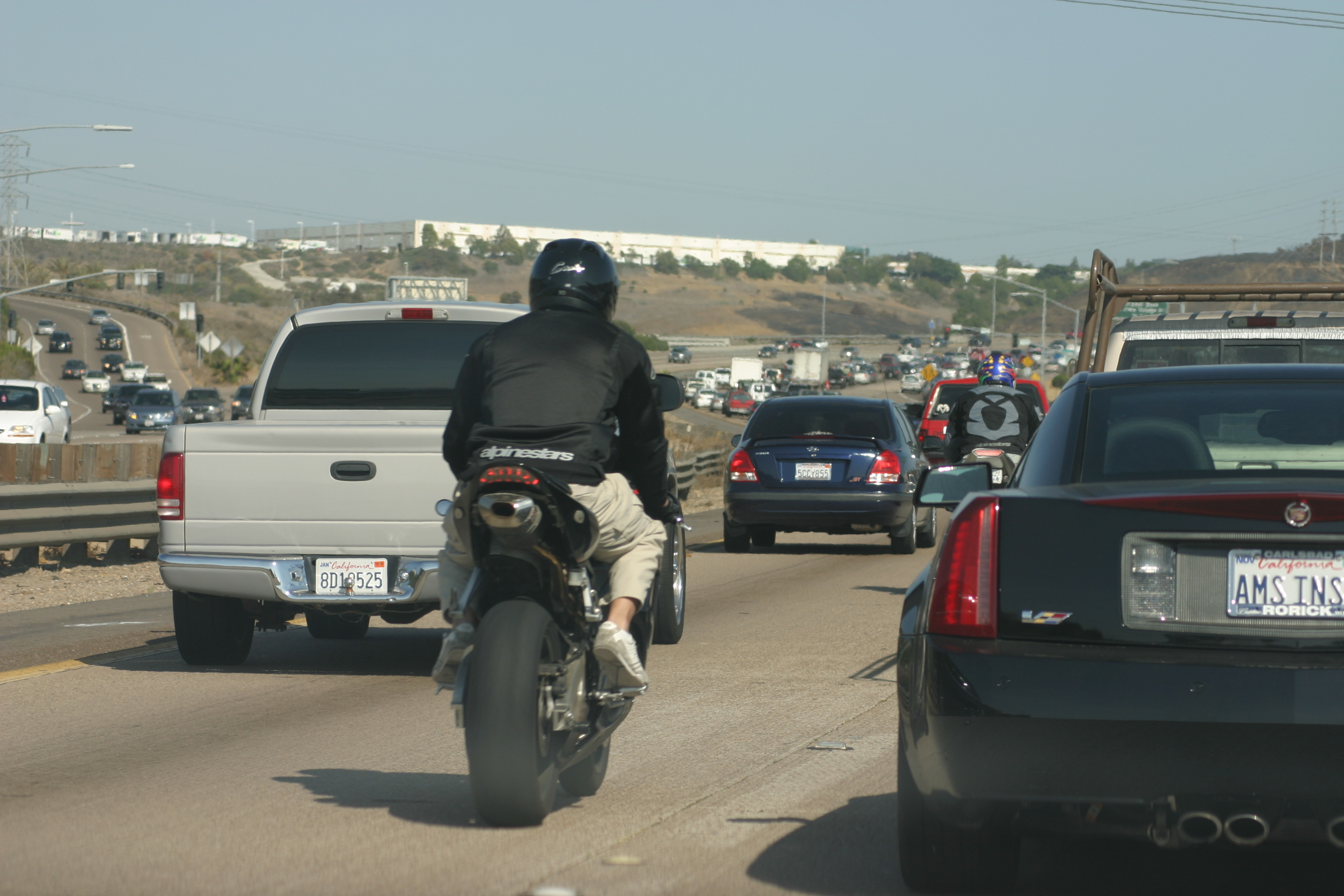 Dos motociclistas haciendo lane splitting en California, foto de Wikipedia