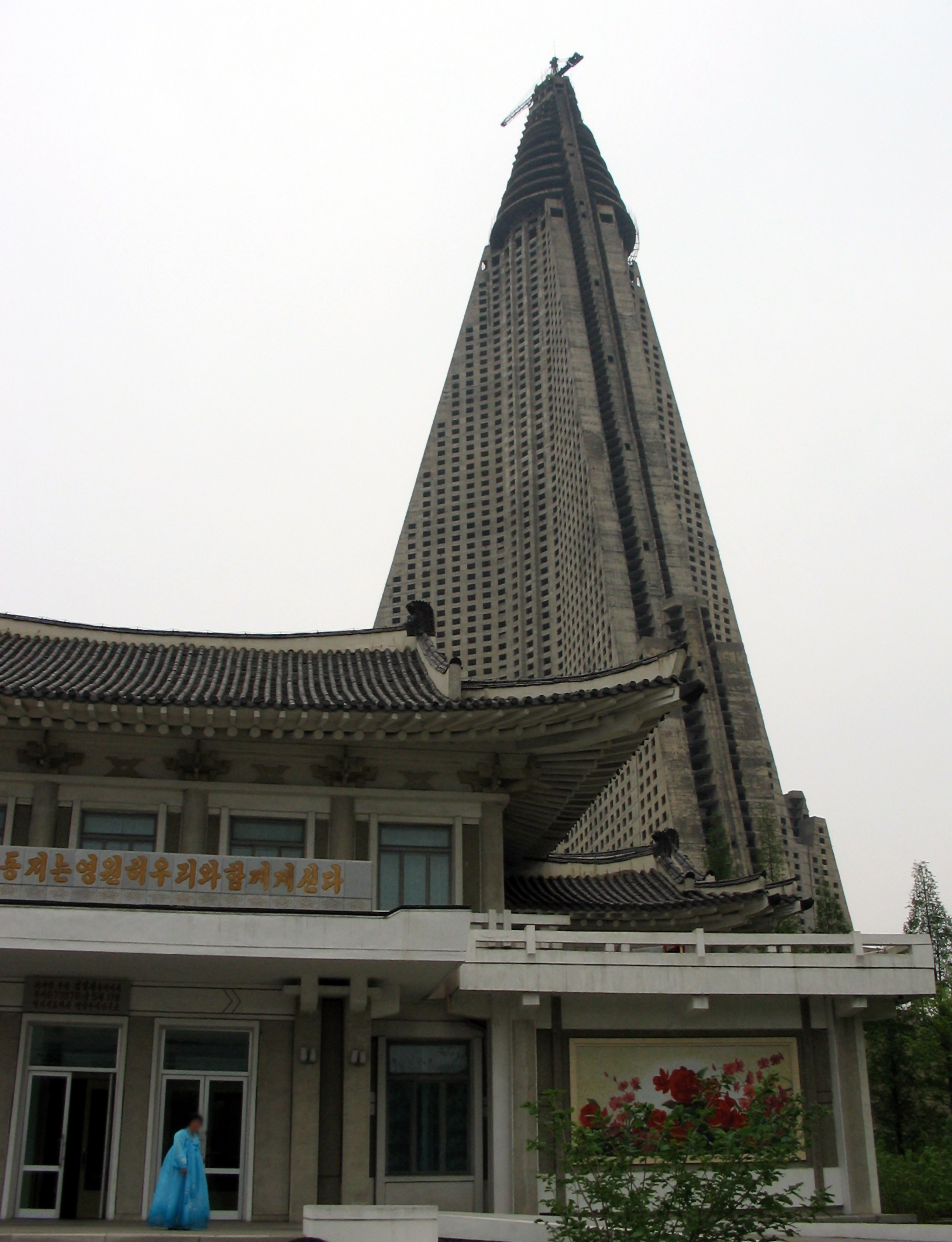 http://upload.wikimedia.org/wikipedia/commons/archive/6/6c/20070816201633!Ryugyong_Hotel_-_May_2005.JPG