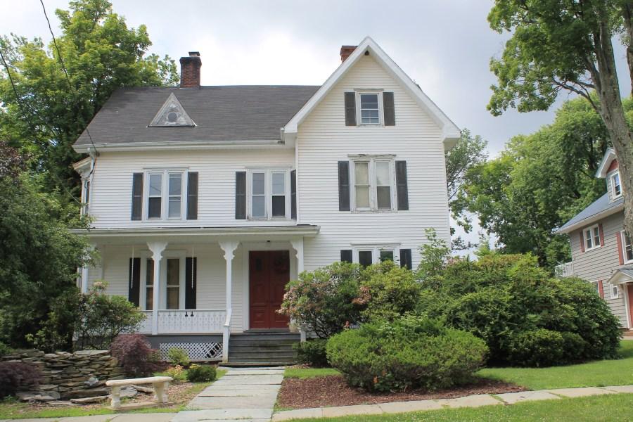 https://i2.wp.com/upload.wikimedia.org/wikipedia/commons/b/b1/Bennett_Family_House_Monticello_NY.jpg?resize=900%2C600&ssl=1