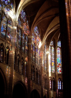 wnętrze bazyliki Saint Denis
