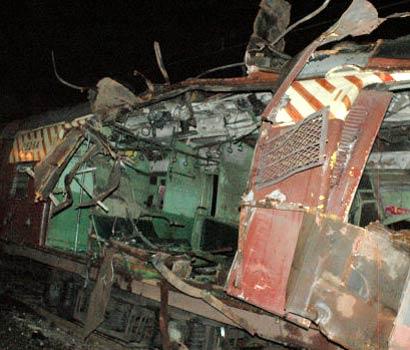 Mahim train blast, un vagone sventrato da unesplosione presso la stazione di Mahim, fotografia di Manoj Nair, Creative Commons Attribution ShareAlike 2.0.