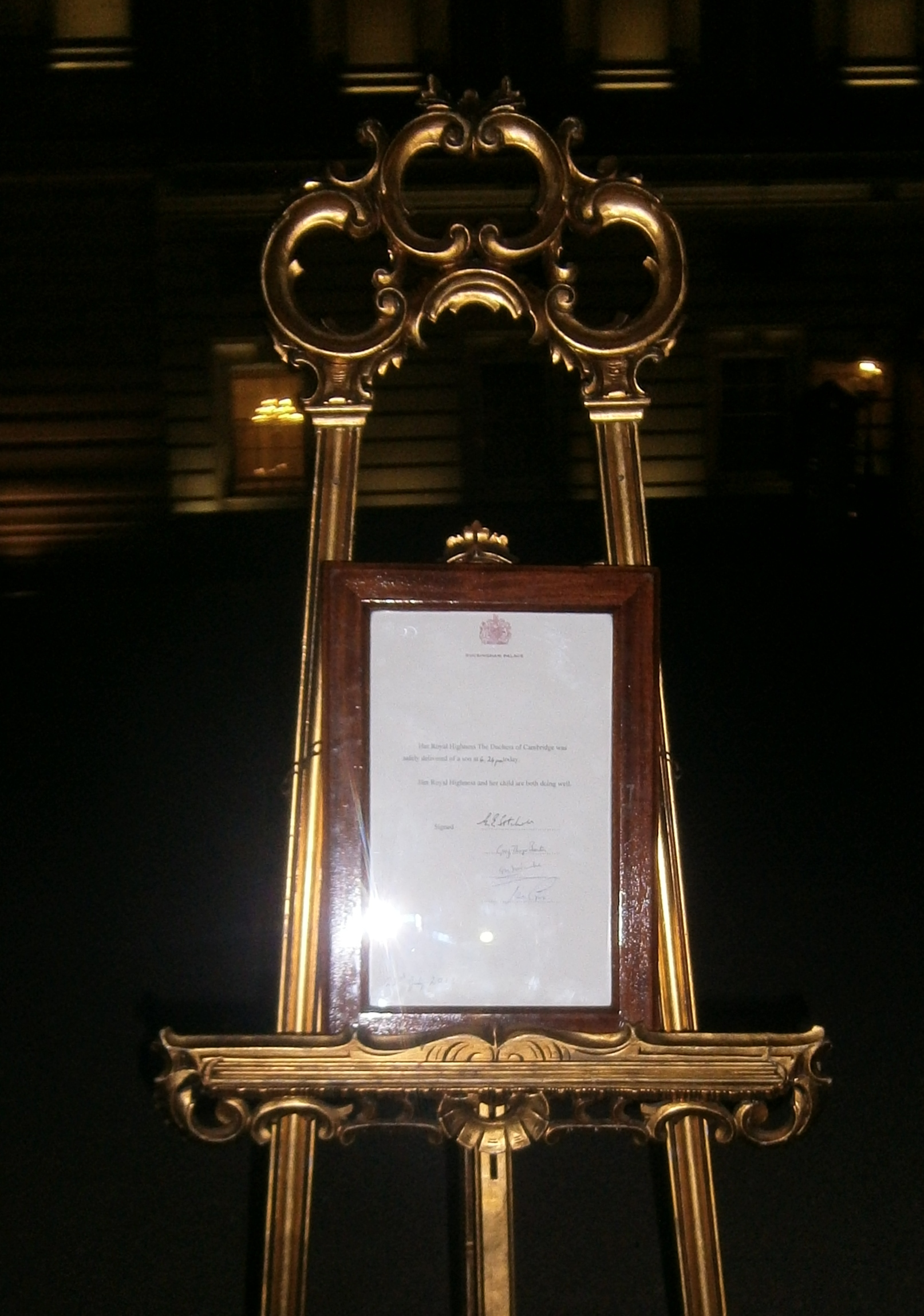 Easel proclaiming birth of Prince George of Cambridge.jpg