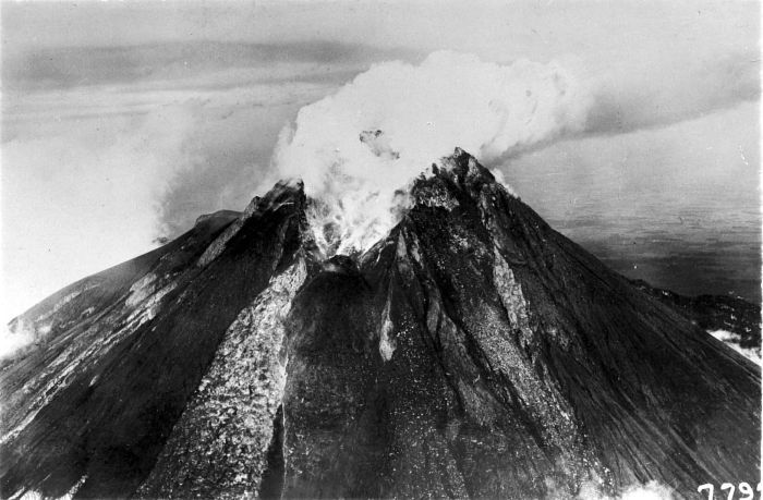 https://i2.wp.com/upload.wikimedia.org/wikipedia/commons/b/ba/COLLECTIE_TROPENMUSEUM_De_uitbarsting_van_de_Merapi_TMnr_10003994.jpg