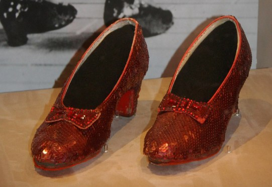 https://upload.wikimedia.org/wikipedia/commons/b/bb/Dorothy's_Ruby_Slippers,_Wizard_of_Oz_1938.jpg