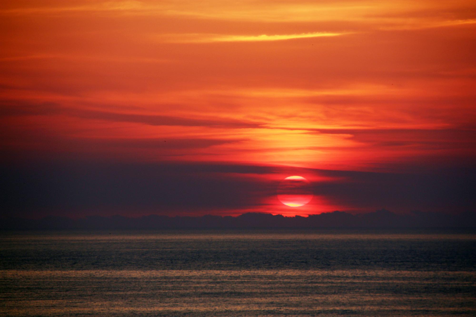 English: Sunrise over the sea Български: Изгре...