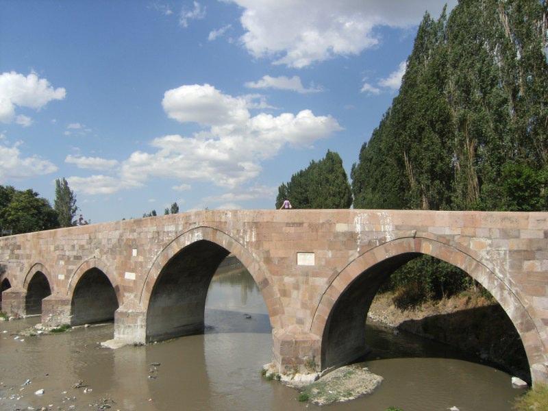 el Río Ankara cruzado por un puente de época selyuquí