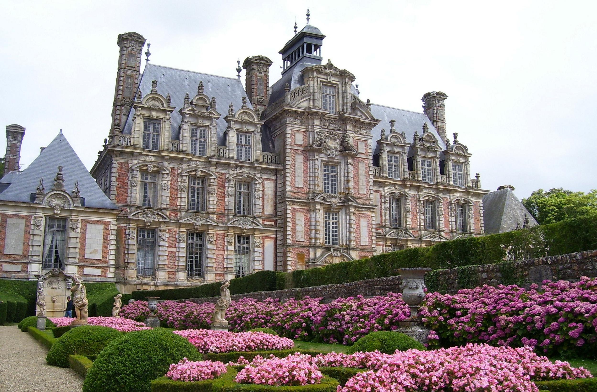 schickes Schloss mit dem sehr rosa bepflanzten Garten der 4 Jahreszeiten, eigenes Foto (auf commons), Lizenz:public domain